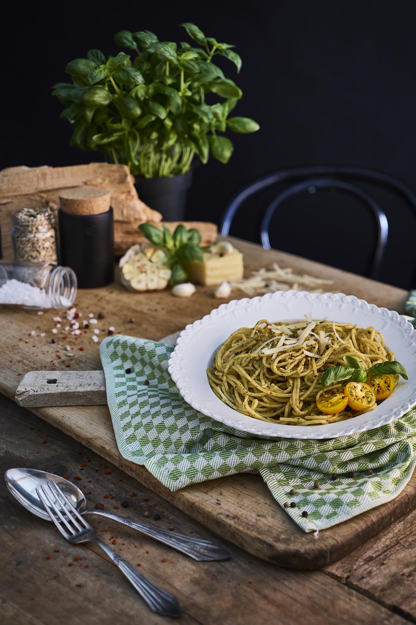 pasta-food-foodfotografie-moody-modern-pesto-basilikum-parmesa-werbefotografie-cool-wlachopulos-modernefoodfotografie-koblenz-köln-bonn-frankfurt